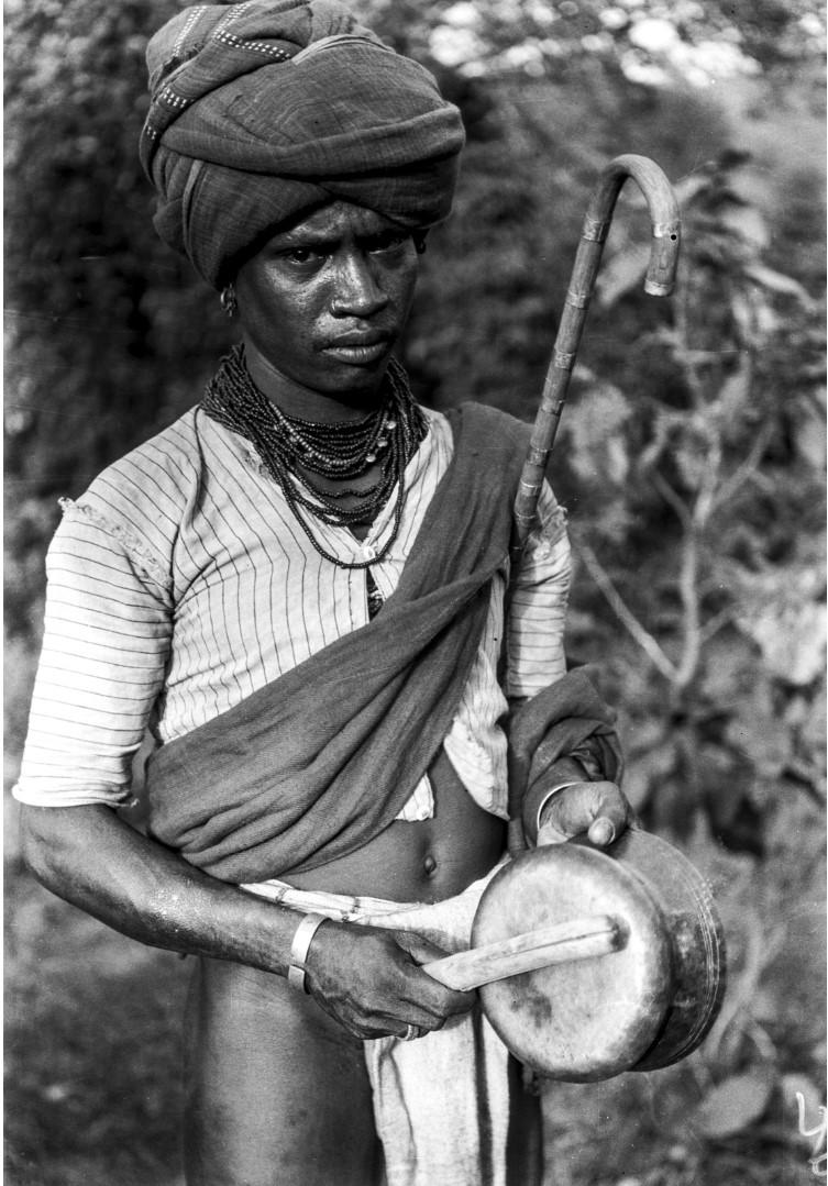 762. Орисса. Молодой человек с музыкальным инструментом