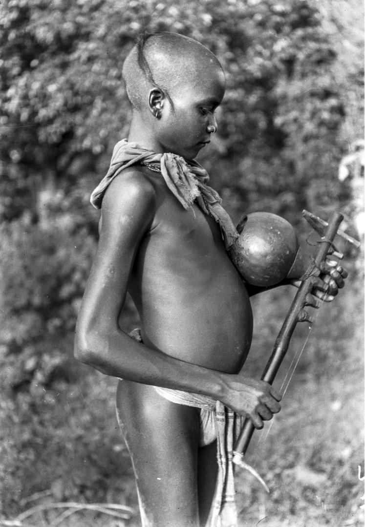 767. Орисса. Мальчик со струнным инструментом