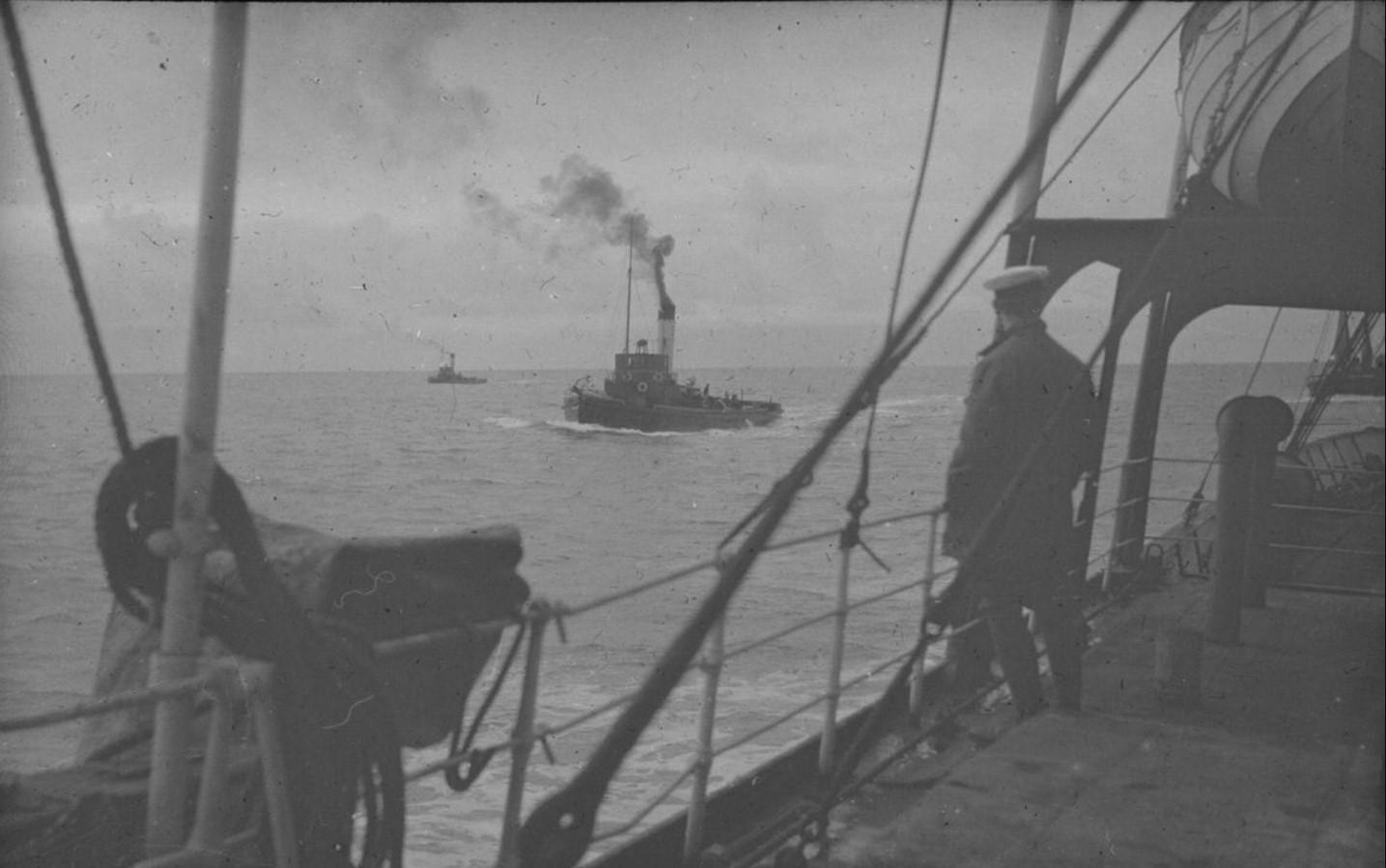 18 – 23 августа 1914. Вид с палубы парохода «Рагна» на суда в Северном Ледовитом океане. На переднем плане – боцман при подготовке к спуску плавательных средств на воду