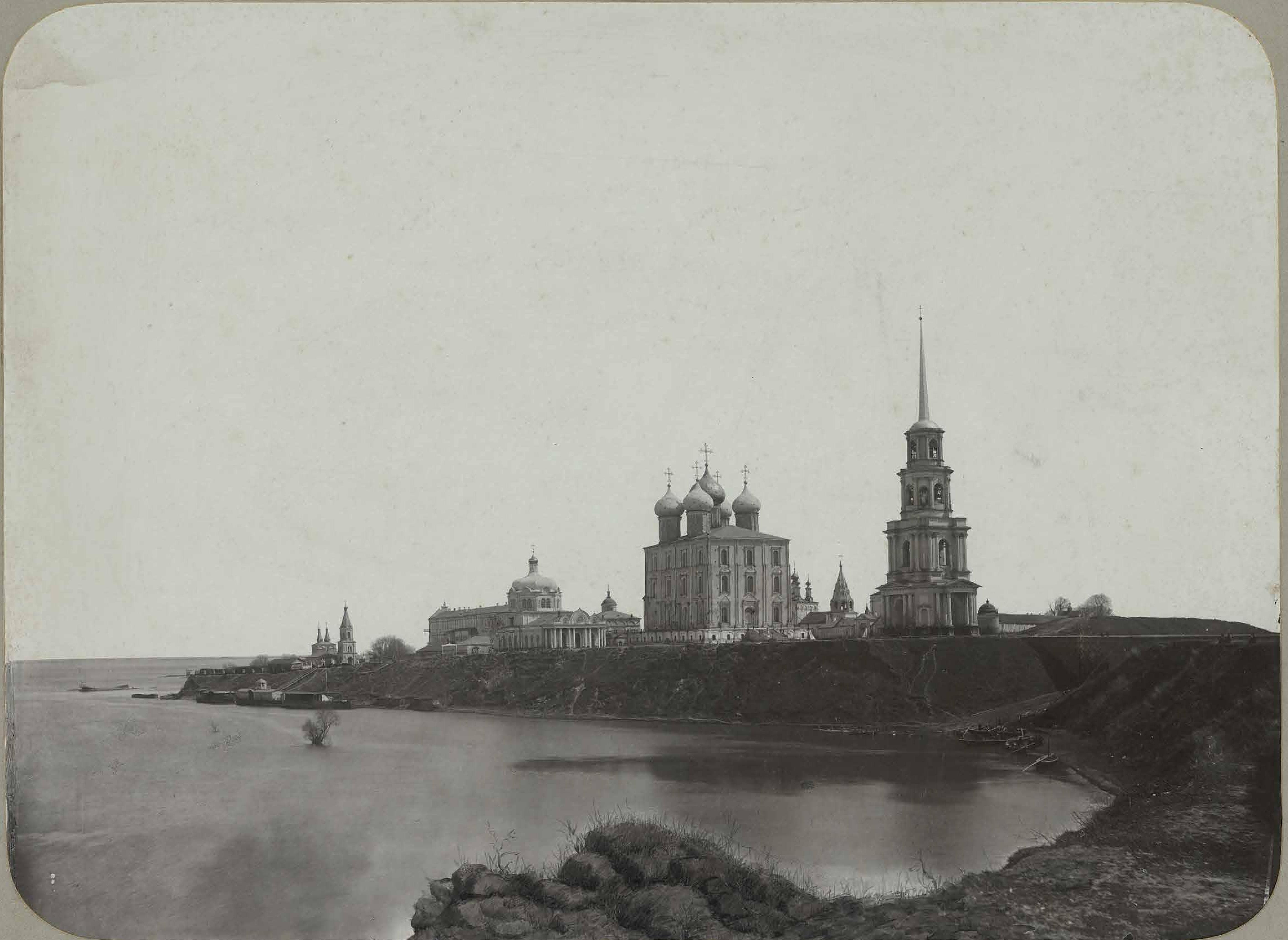 Вид на храмы кремля во время половодья