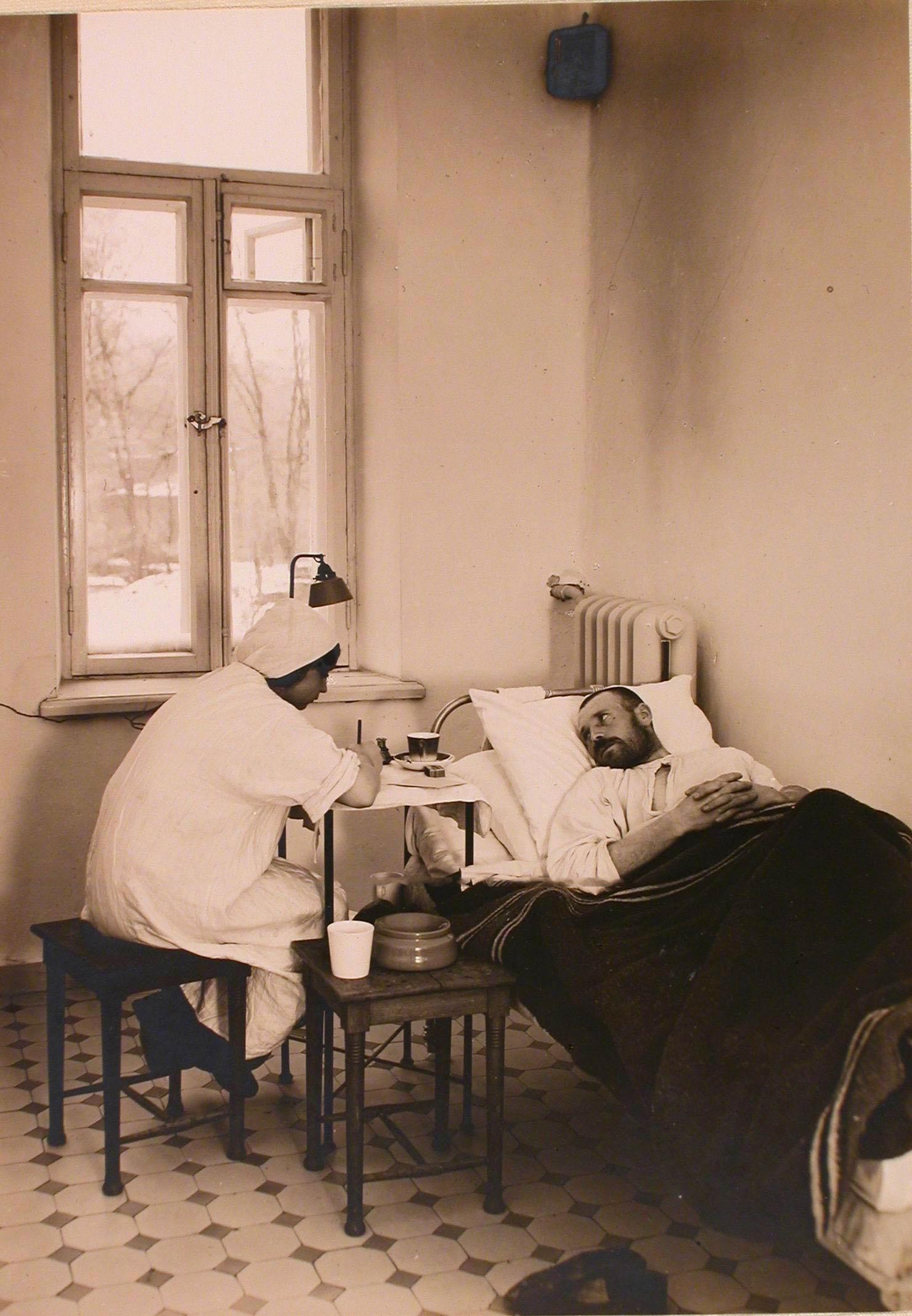 09. Раненый диктует письмо медсестре в одной из палат госпиталя №1