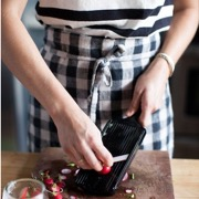 девушка готовит