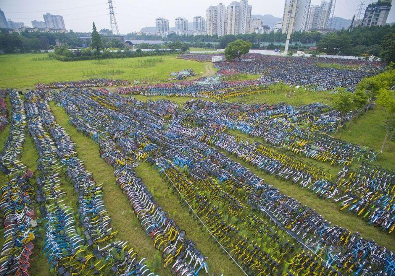 Кладбище брошенных прокатных велосипедов в Китае