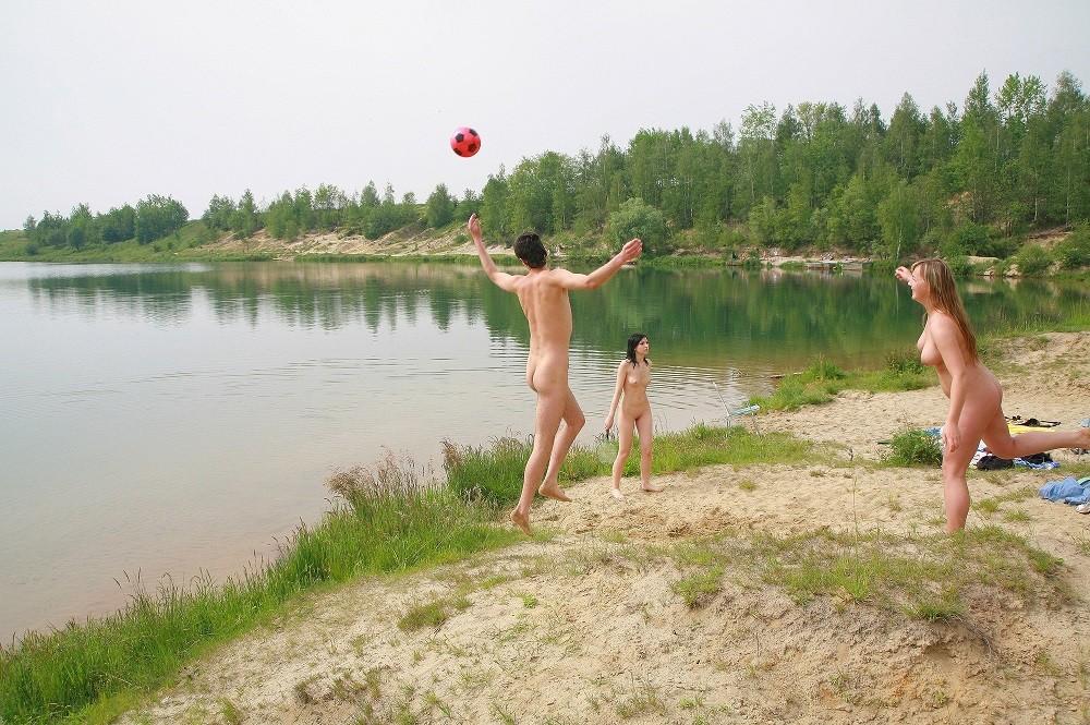 Голая молодежь развлекается на пляже