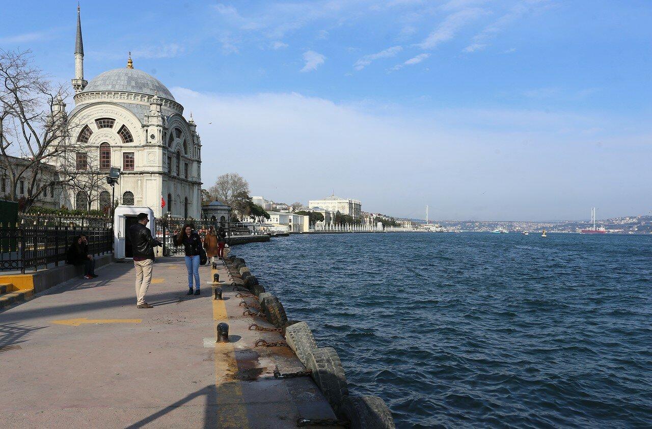 Стамбул. Мечеть Долмабахче (Dolmabahçe Camii)Босфор у Кабаташа