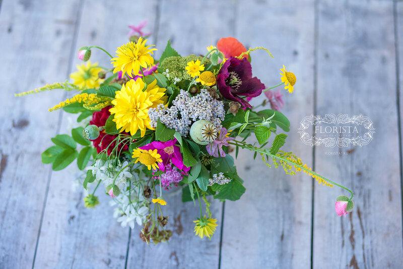 Букет свободной формы из садовых цветов.