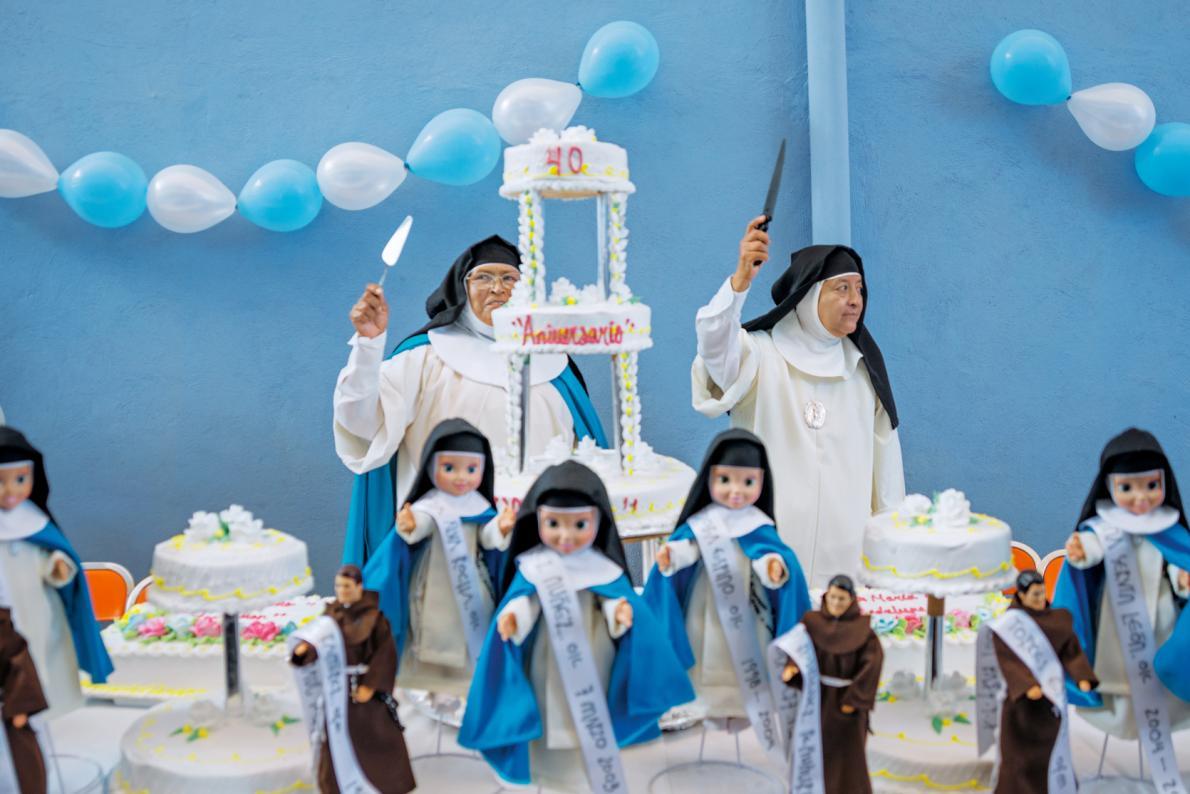 Игуменья и сестра Вирджиния на встрече монахинь девяти монастырей Ордена Кармелиток предлагают гость