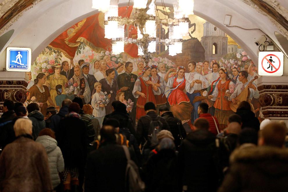 15. Мойка вагонов на станции метро «Красная Пресня». (Фото Grigory Dukor | Reuters):