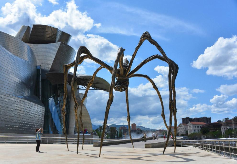 32. Рядом высится футуристическая 15-метровая башня из 76 стальных шаров, индийского скульптора