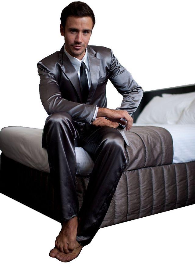 17. И наконец, почти шедевр — шелковая пижама — деловой костюм. Ну, это если вдруг что — а вы готовы