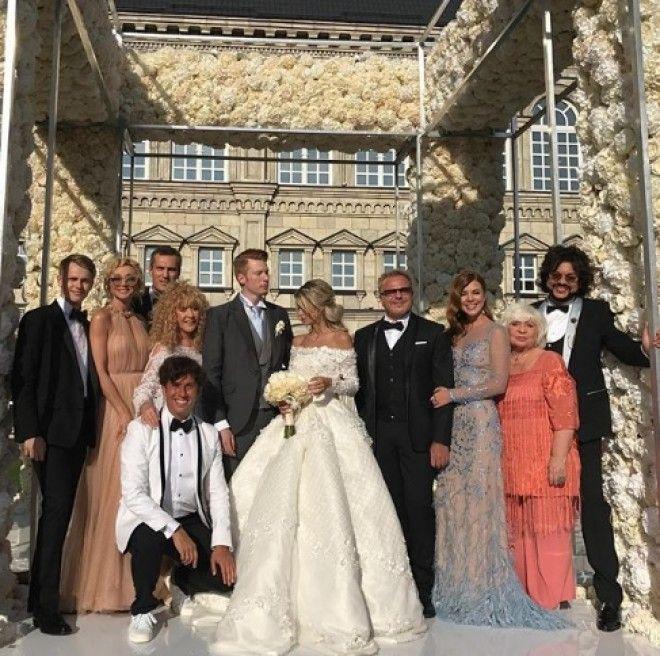 Свадьба получилась очень красивой и пышной. Было приглашено около 200 гостей, среди которых: Филипп