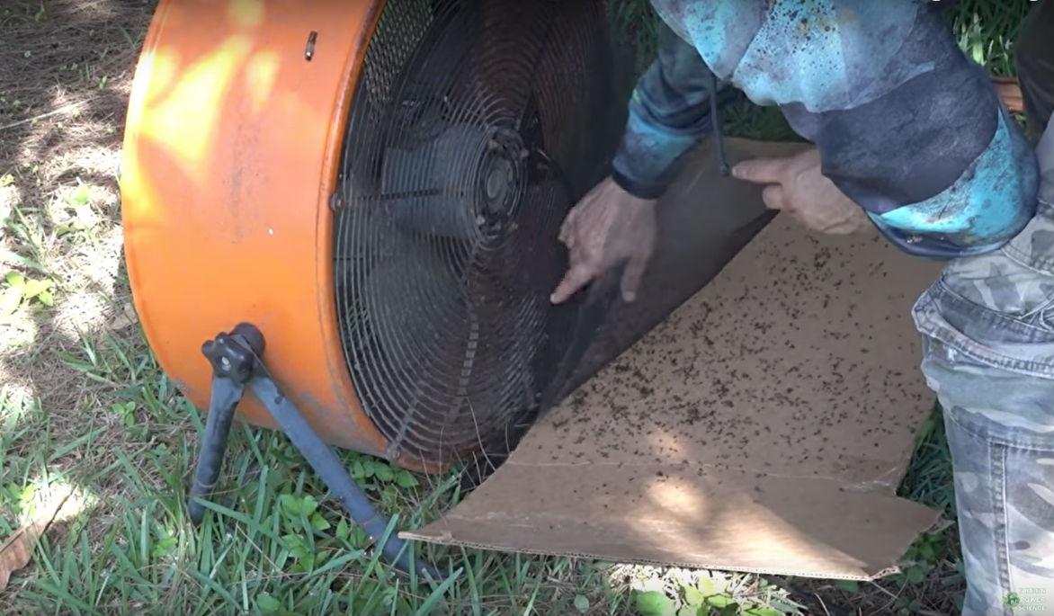 На вентиляторах размещается сетка, на которой оседают комары. Также она нужна для того, чтобы в рабо