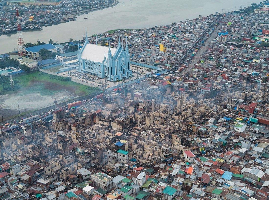 В первую же ночь пребывания фотографа в Маниле в одном из районов трущоб вспыхнул пожар. Из-за того,