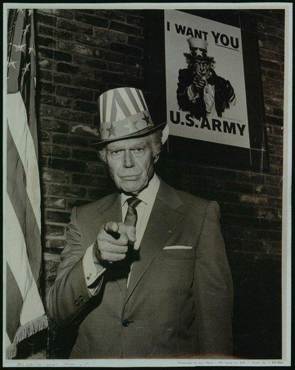 Дядя Сэм, строго взирающий сагитационных плакатов— образ собирательный. Нонаэтом фото нетрудно з