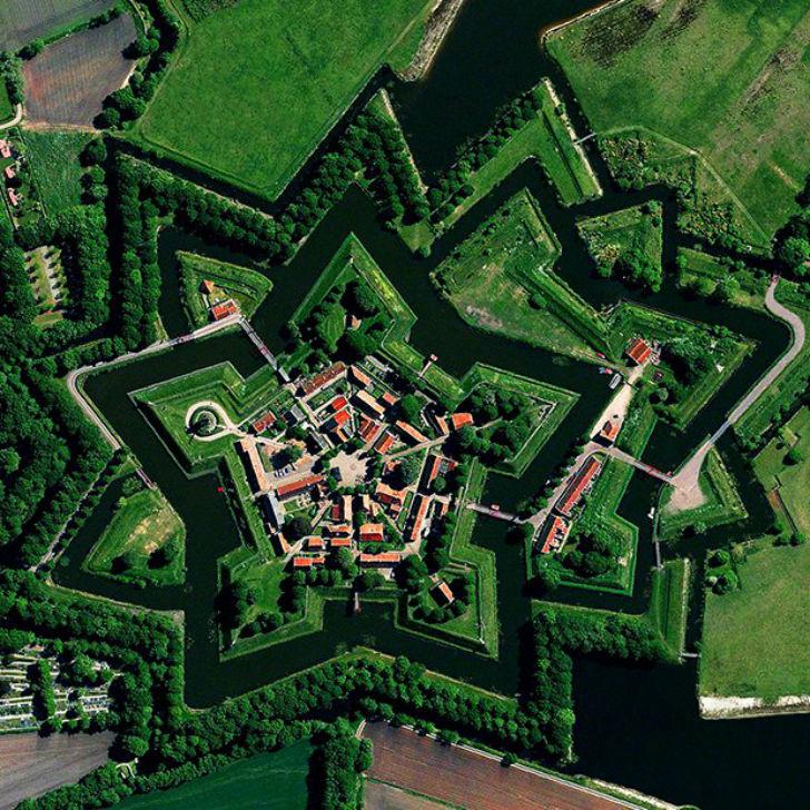 Форт Бауртанге был построен в 1593 году в виде звезды в поселке Буртанье, провинция Гронинген, Нидер
