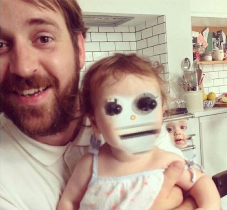Папаша хотел поменяться лицами с дочкой, но не ожидал, что за спиной в камеру смотрит еще одно лицо.