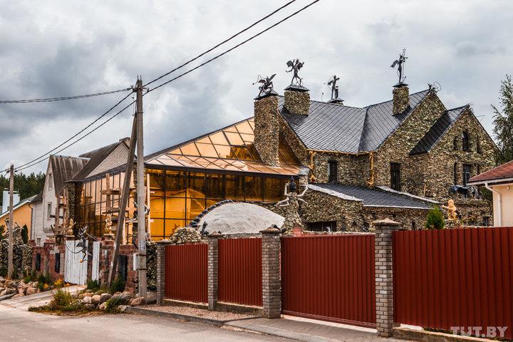 Готический дом с чертями наводит ужас на жителей белорусской деревни (15 фото)