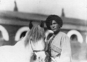 Наездница А. Г.  Кудашева, совершившая конный переход Сибирь-Петербург, со своим конем.
