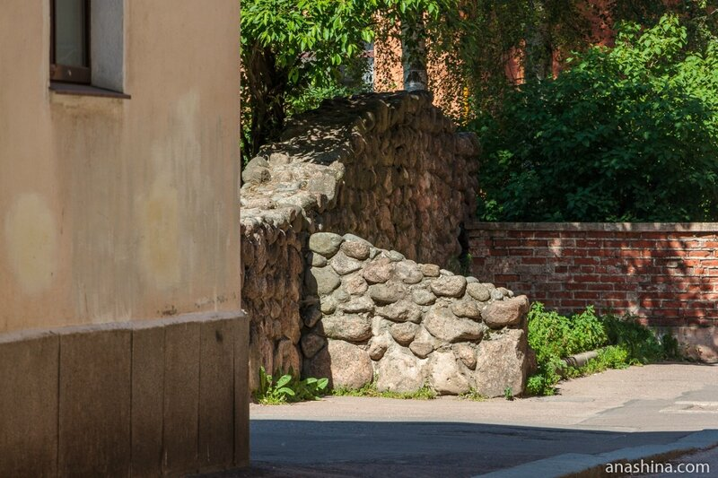 Каменная стенка во дворе, Выборг