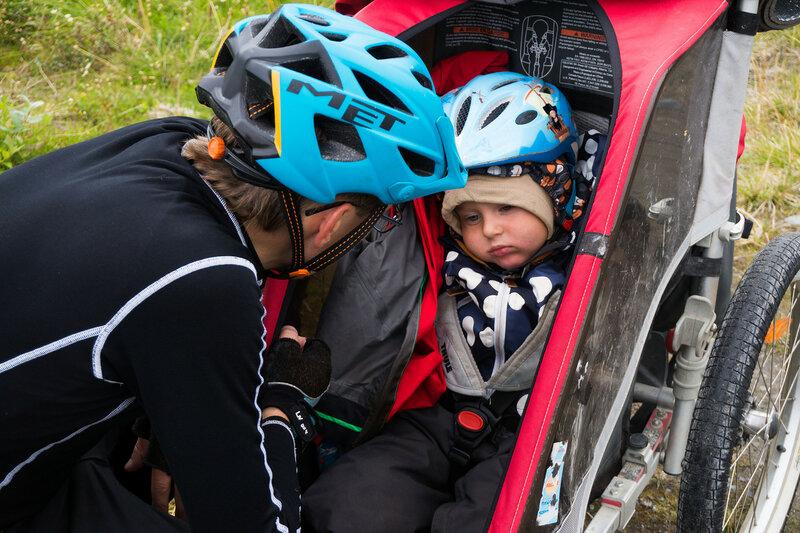 ребенок выспался в велоприцепе thule chariot cougar