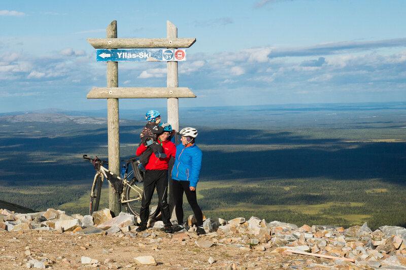 семья в велопоходе на горе Юлляс (Ylläs) летом