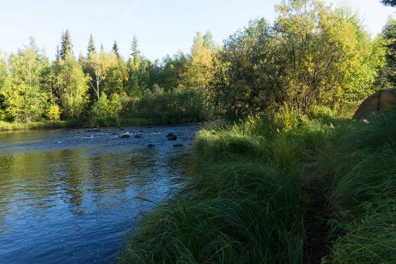 река и палатка