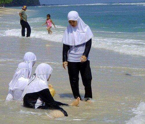 Девочки-мусульманки, Индонезия, пляж