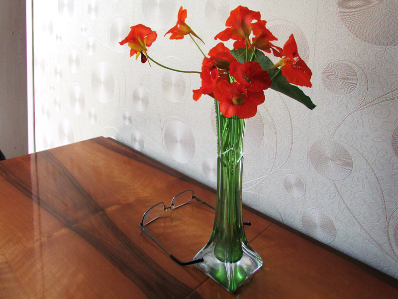 настурции в вазе