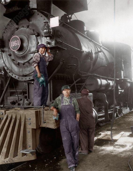 1.WK./USA/Frauen b.Wartung einer Lok... - WWI / USA / women service an engine / photo -