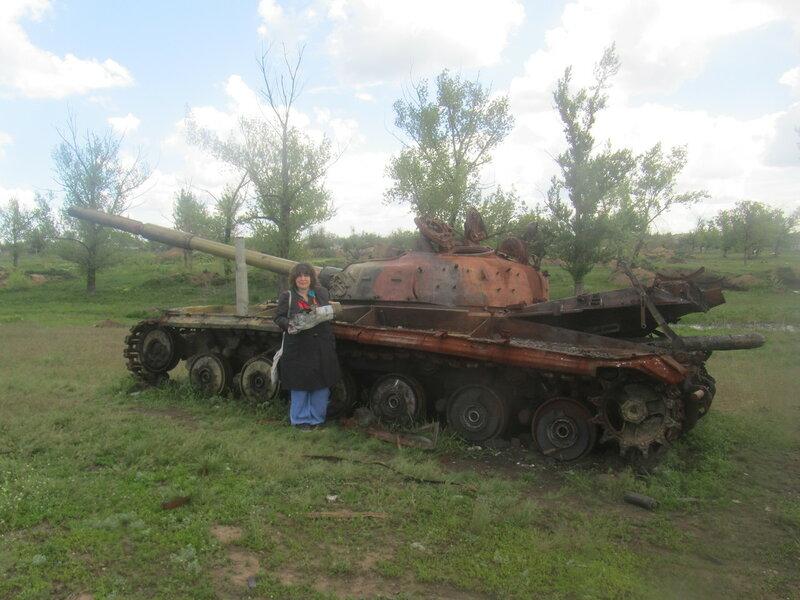 10.05.16 Дебальцево озеро Козлячье сожженный танк я с куском Урагана.jpg