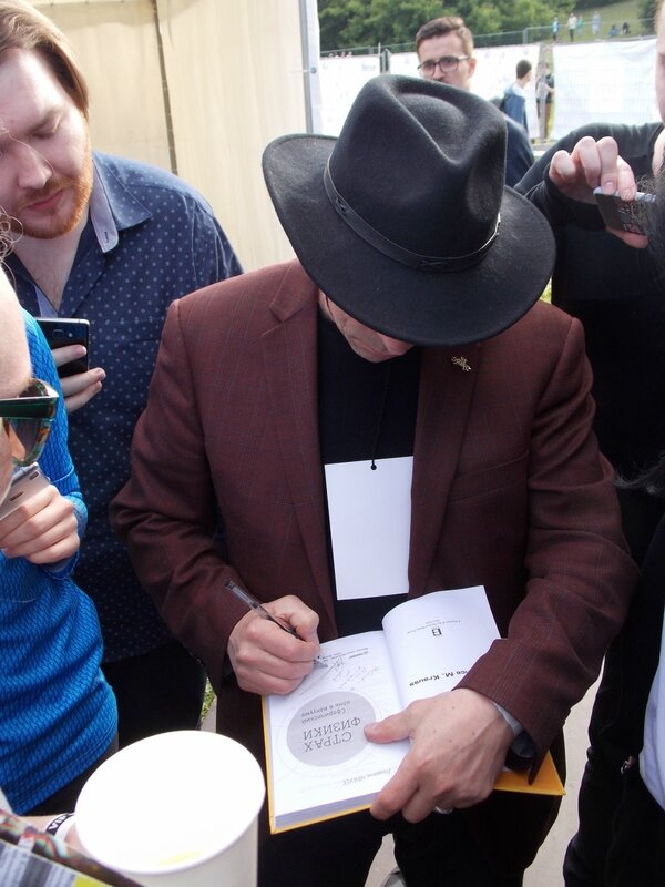 Лоуренс Краусс, американский физик и богоборец, дает автограф на русском издании своей книги 'Страх физики'