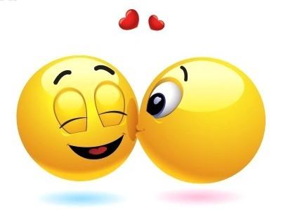 Открытка. С днем поцелуя! Смайлик-девочка целует смайлика-мальчика и летят сердечки открытки фото рисунки картинки поздравления