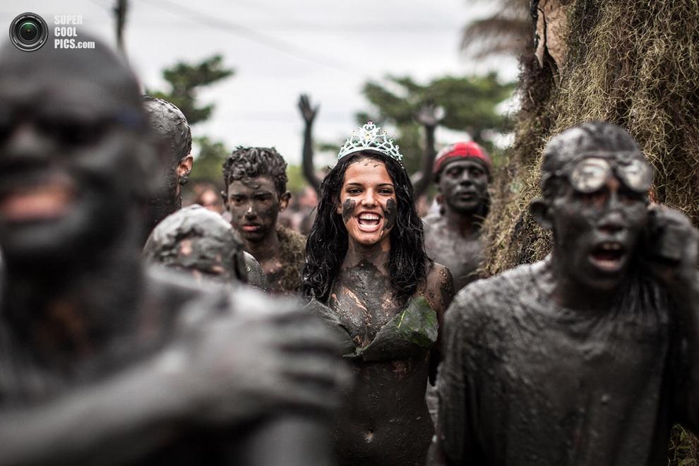 Облачение королевы «грязевого» карнавала состоит из короны и пары листиков в «нужных местах».(V