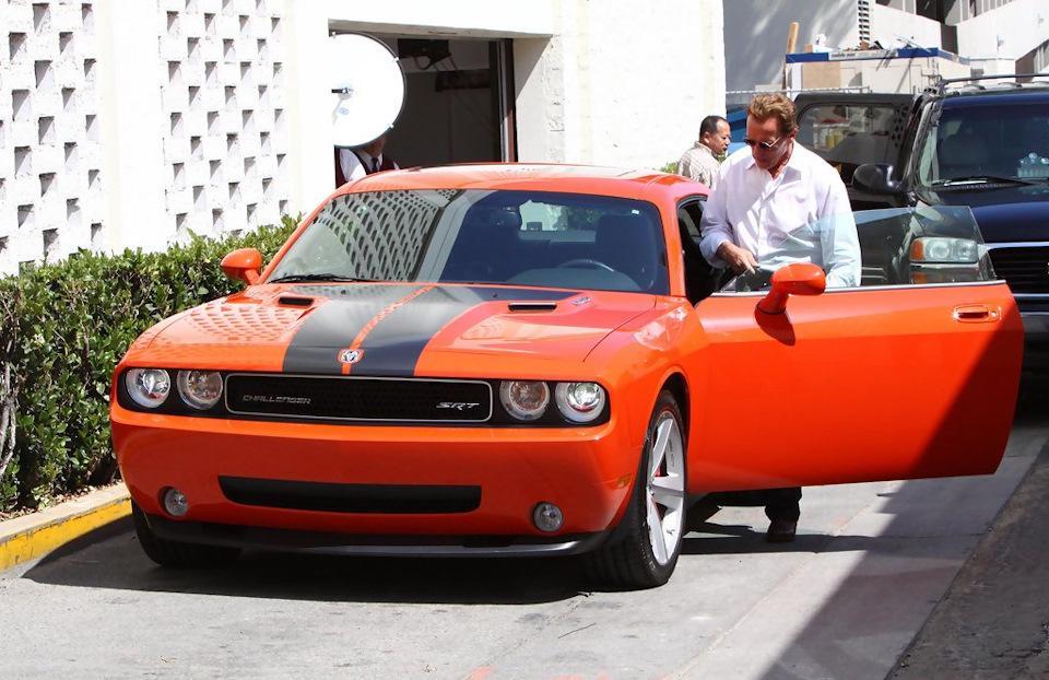 Арни любит и старые машины. Dот еще один красавец от Dodge. Отреставрированный военный внедорожник M