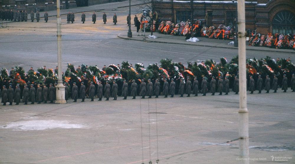 Сотни солдат в бушлатах образуют длинный коридор, по которому на Красную площадь выносят гроб с тело