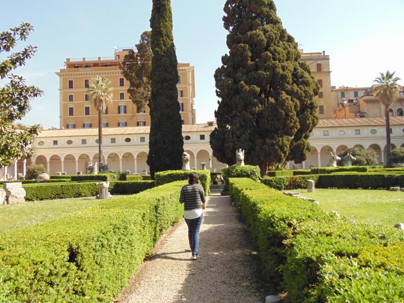 Говорят что данный дворик создавал Микеланджело. 25.