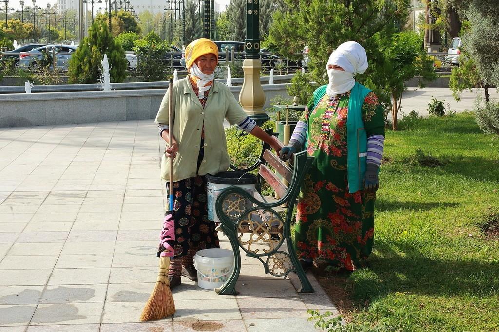 28. Работницы садово-паркового хозяйства. Если вы, прочитав про туркменские чудеса, уже собрались на