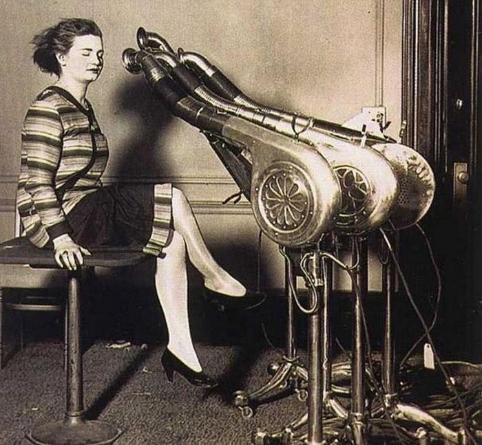 Подобные строенные гигантские фены использовались для быстрой сушки волос в 1920-е годы. Завивка