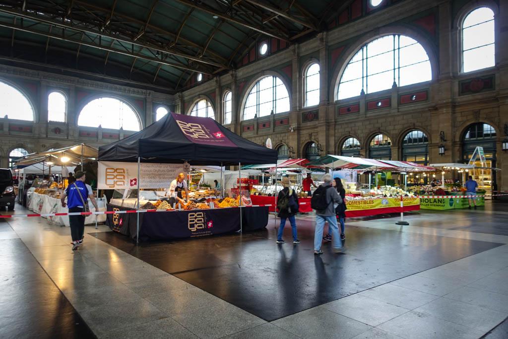 Вокзал настолько огромен, что в его здании иногда располагается рынок. Фермеры со всей Европы устана