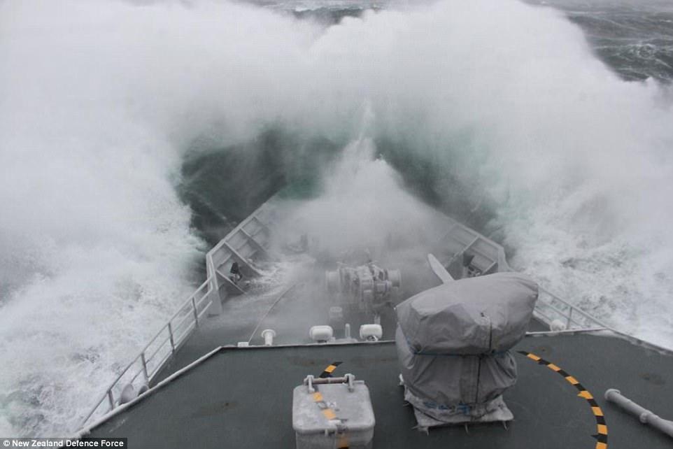 Французское рыболовное судно, попавшее в шторм в Ирландском море.