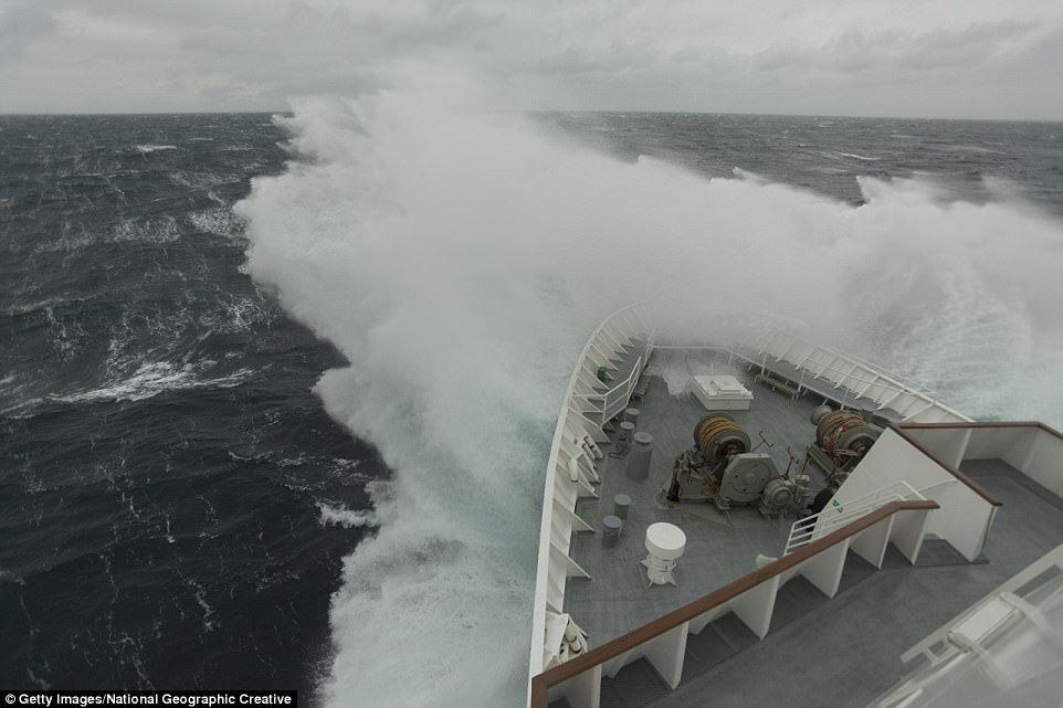 Судно, попавшее в шторм «Гертруда» у берегов Великобритании, февраль 2016 года.