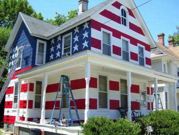 Хозяину не разрешили повесить флаг на лужайке перед домом. Не мытьем, так катаньем.