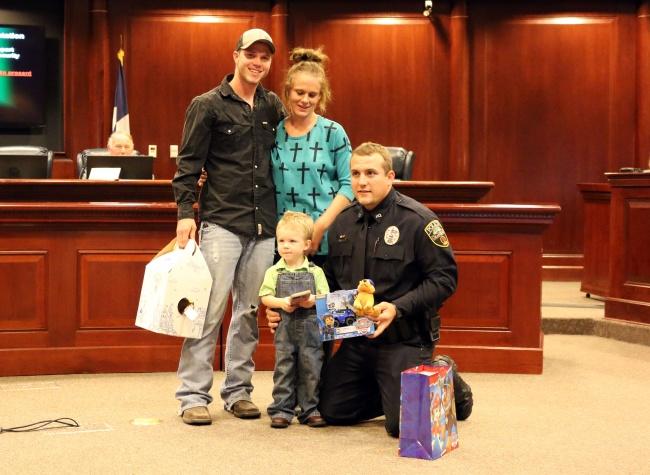 © granbury  Полицейский Чейз Миллер спас жизнь 3-летнему мальчику, укоторого остановилось дых