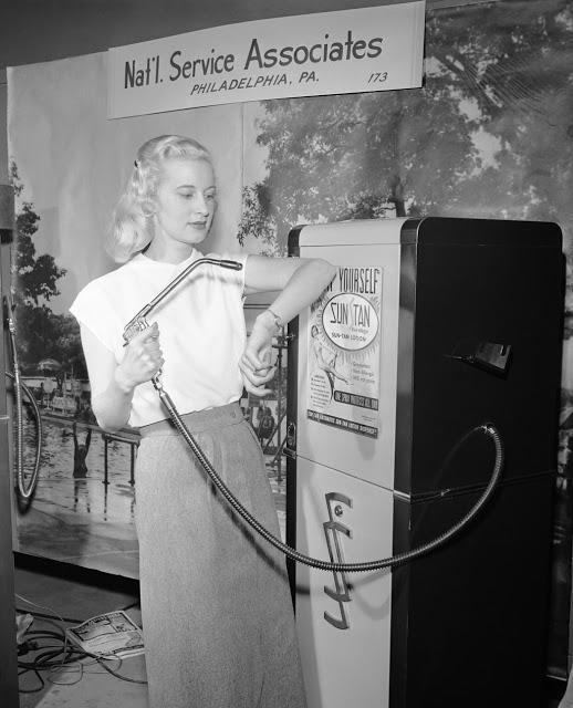 Автомат, распыляющий солнцезащитный лосьон Модель Бетти Даттер показывает, как надо распылять лосьон