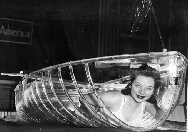 Прозрачные лодки На фотографии 1941 года модель демонстрирует прозрачную весельную лодку под названи