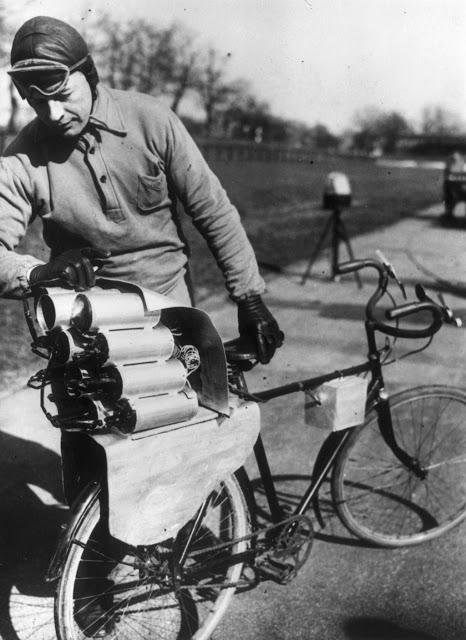 Велосипед с ракетным двигателем На фотографии немецкий инженер готовит велосипед с 12 ракетами, уста