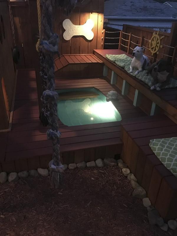 На сегодняшний день площадка имеет три уровня и даже небольшой бассейн. А вечером включается подсвет