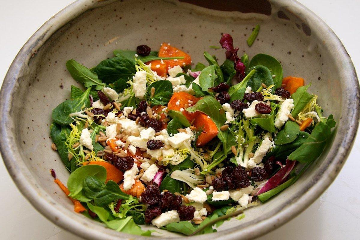 Сбалансированный и вкусный салат, сделанный на скорую руку из того, что осталось в холодильнике, — н