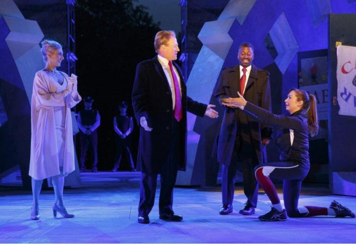 Delta небудет спонсировать постановку Шекспира, где Цезарь похож наТрампа