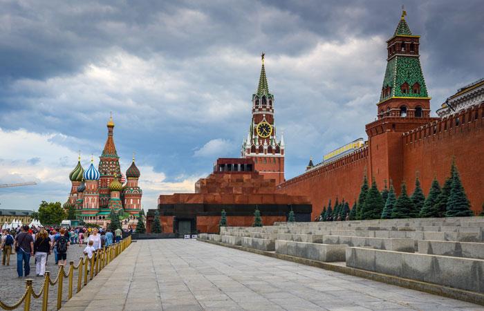 Вид на Храм Василия Блаженного, Спасскую башню Кремля и мавзолей Ленина на Красной площади